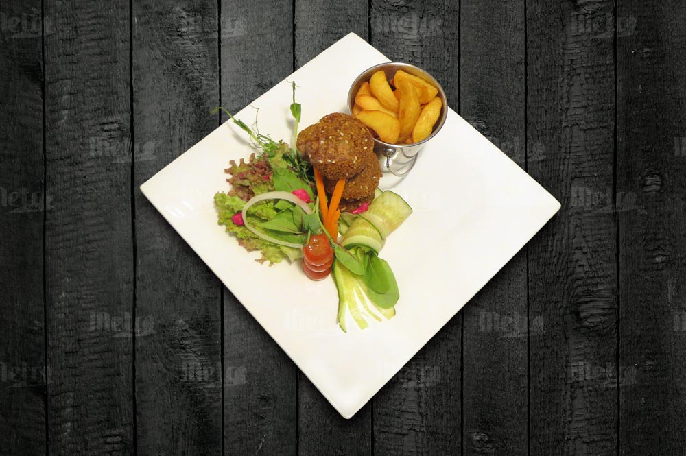 Falafel lohkoperunoilla